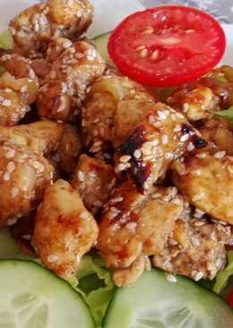 Szezámos, édes chilis csirke salátaágyon