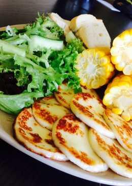 Grillezett sajt, kukoricával, friss magvas salátával