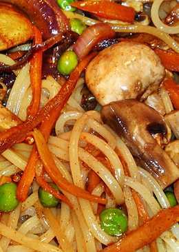 Pirított spagetti zöldségekkel stir fry módszerrel