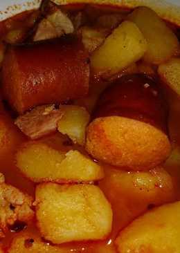 Paprikás krumpli főzőkolbásszal, tarjával, tejfölös uborkasalátával