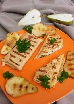 Grillezett palacsinta, sajtkrémes csirkével töltve, grillezett körtével