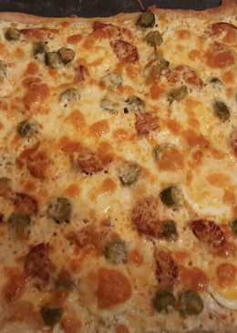 Tojásos-kolbászos-uborkás pizza