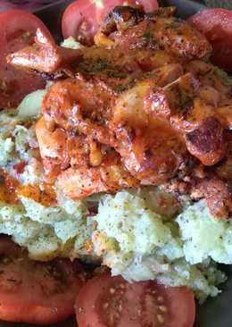 Pácolt csirkemell, hagymás-fűszeres krumplipürével és bazsalikomos paradicsommal
