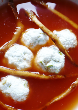 Mexikói paradicsomleves, avokádós sajtgolyókkal