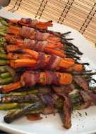 Baconbe tekert sárgarépa és spárga