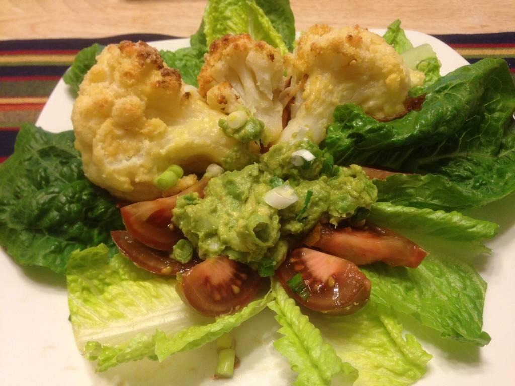 Rántott karfiol egyszerű guacamole krémmel, salátával főfotó
