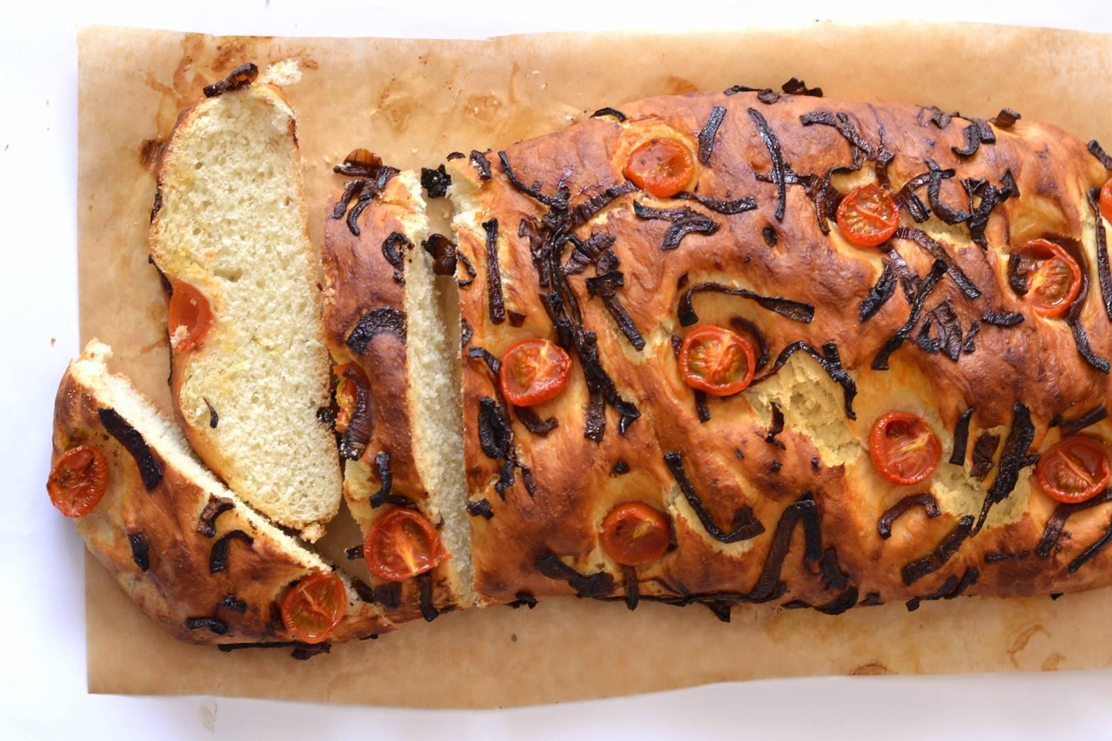 Karamellizált hagymás-paradicsomos focaccia recept főfotó
