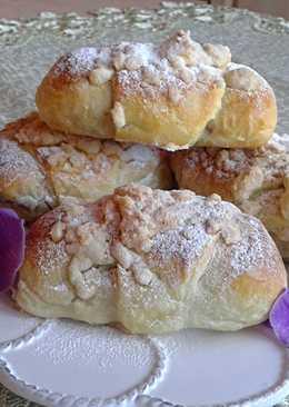 Forró tejjel készített kelt tésztából mákos és diós kiflik szórással