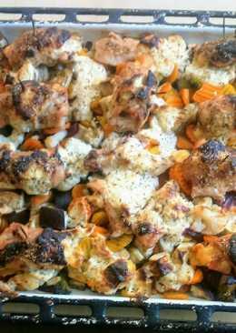 Sajttal, sonkával göngyölt csirkemell, zöldségágyon, zöld fűszeres joghurttal