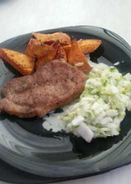 Flekken, fűszeres édes burgonyával és joghurtos salátával