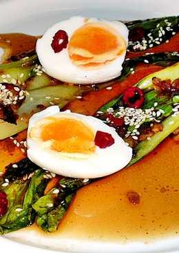 Grillezett, pikáns, ropogós bok choy tojással és szezámmaggal