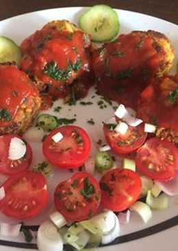 Cukkini (+édesburgonya, sárgarépa) fasírt, csípős salsával és hagymás paradicsomsalátával