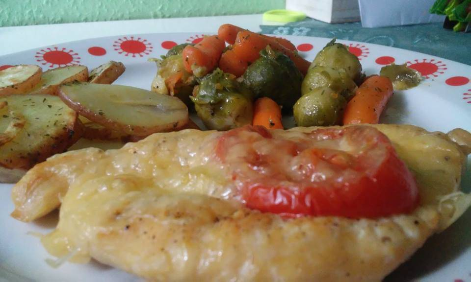 Újhagymával, sajttal, paradicsommal rakott csirkemell főfotó