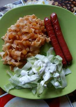 Krumplis tészta, sült virslivel, jégsalátával