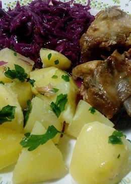 Sült oldalas főtt krumplival és párolt lila káposztával.