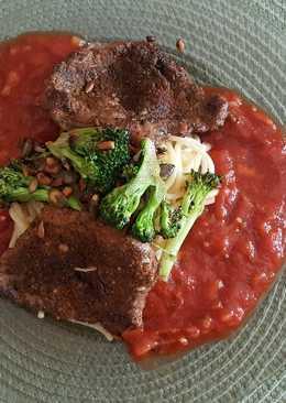 Paradicsomszószos-sertés szelet, zöldséges főtt tésztával