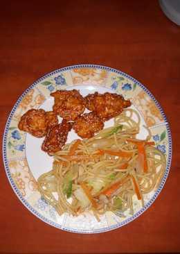 Szezámmagos csirkefalatok, pirított, zöldséges tésztával