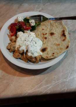 Gyros házi tortillával, görög salátával, tzatziki mártással