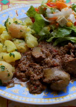 Hagymaágyon sült csirkemáj görög salátával, petrezselymes újburgonyával