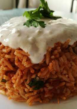 Csípős-paprikás rizs, fokhagymás joghurtmártással
