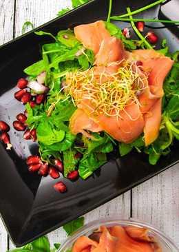 Zöldfűszeres saláta gránátalmával és füstölt lazaccal