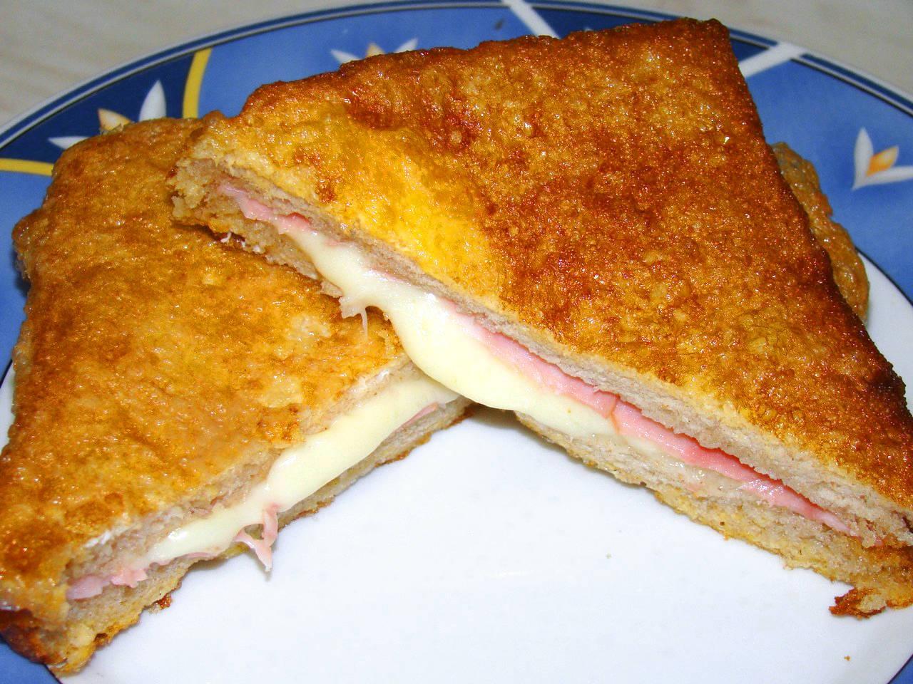 Sajtos, szalámis bundás kenyér recept főfotó
