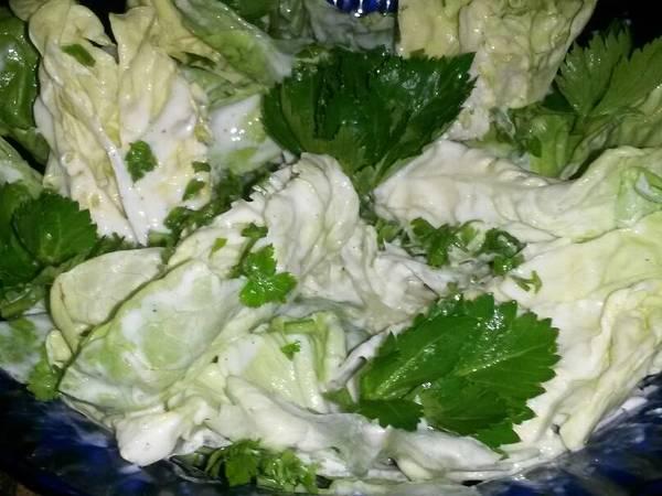 Anka tejfölös fokhagymás fejes salátája