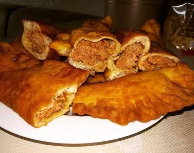 Tschebureki - darált húsos paradicsom szósszal töltve