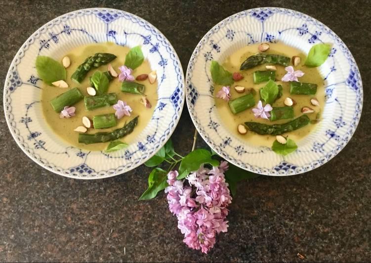 Aspargespannecotta med smørstegte grønne asparges, bøgeblade, aspargesjuice, saltrøgede mandler