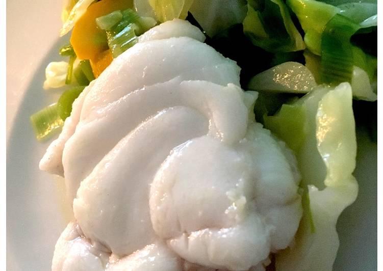 Havtaske med smørdampede sensommer grøntsager