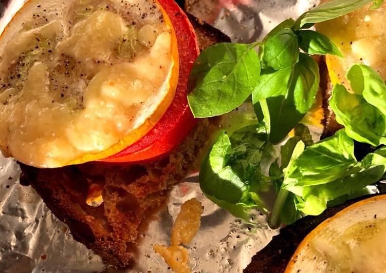 Varme brød med tomat, squash og ost