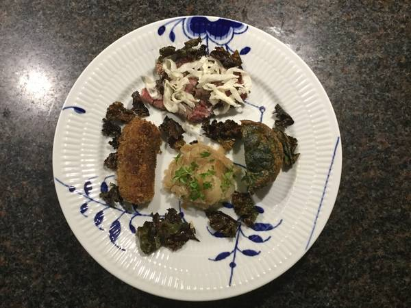 Resteret med højrebsbøf, spinattimbale og kartoffelkrokette og nylavet fennikelrelish