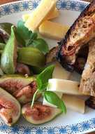 Friske figner, ost og honningstegt brød