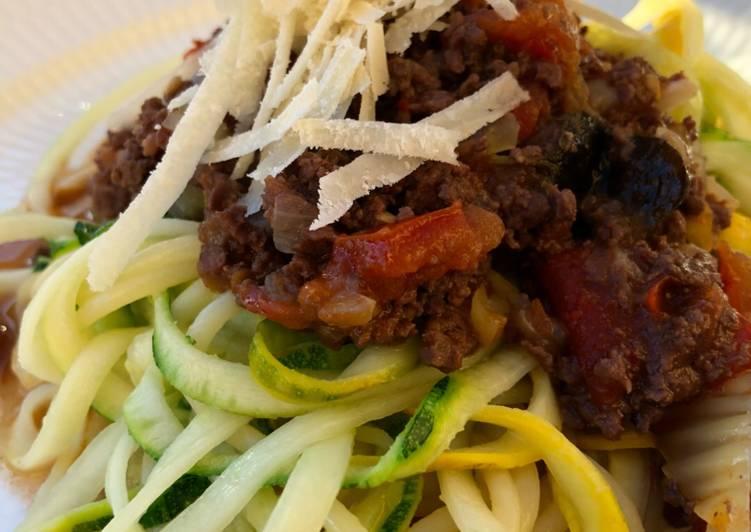 Hjerte-bolognese og spagetti med squash