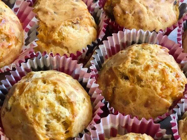 Muffins med bacon og ost