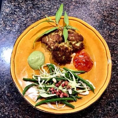 Vietnamesiske fishcakes med vietnamesisk korianderpesto, sød chilisovs og bønne/spidskålssalat