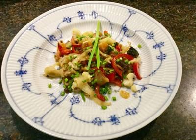 Grøntsager i wok med fishsauce og japansk soya