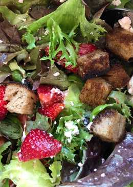 Salat med jordbær og salatost