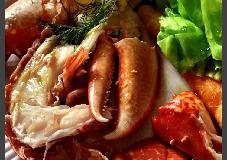 Kogte hummer og sommergrøntsager
