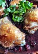Stegte kyllinge-overlår med krydret brombærsovs