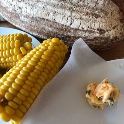 Kogte majskolber med chili-urtesmør