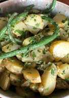 Kartoffelsalat og bønner med senneps-persilledressing