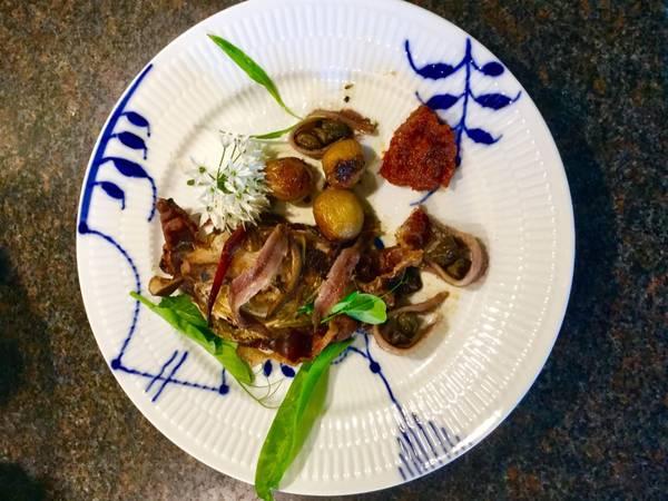 Ovnstegt spidskål med kapers, kartofler, bacon og sardeller