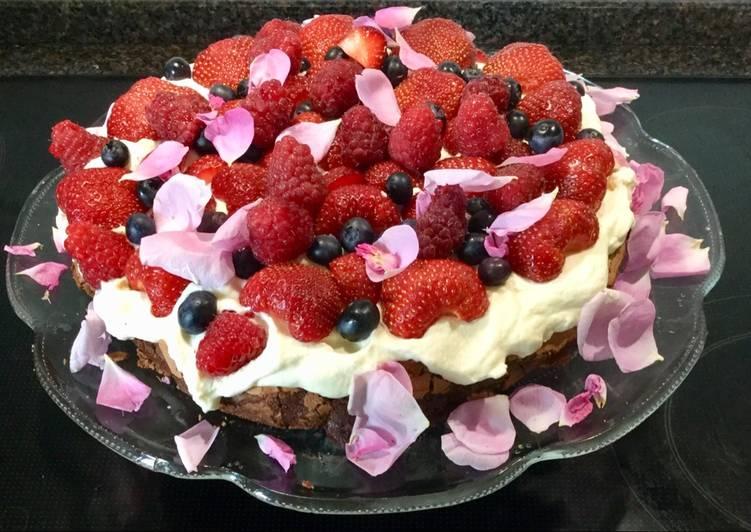 Nem chokoladekage med flødeskum og friske bær