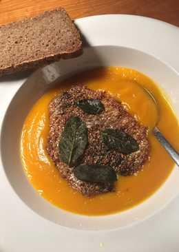 Græskarsuppe med stegt høstsild og sprødstegt salvie