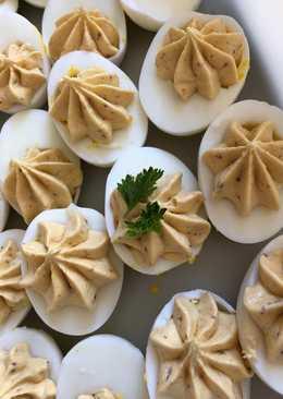 Fyldte hårdkogte æg med sardelsmør