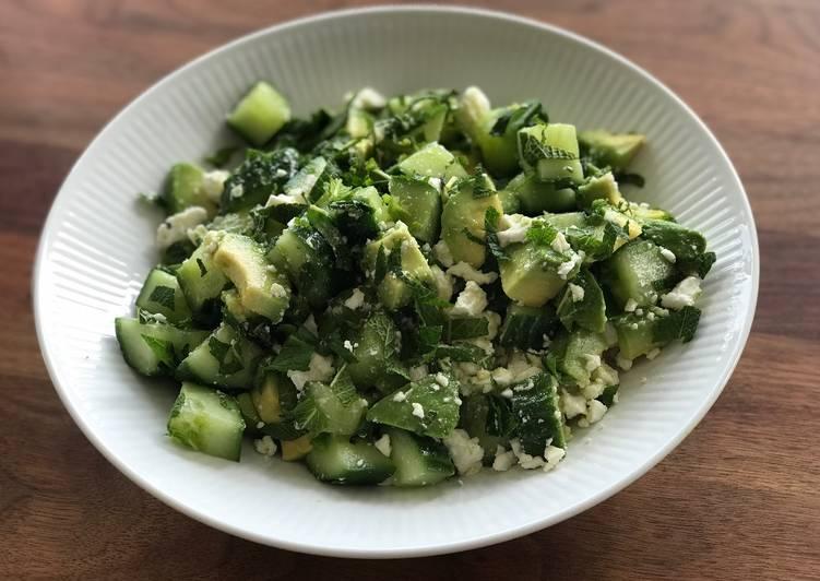 Salat med agurk, avokado, feta og mynte