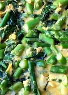 Omelet med kålskud, grønne asparges og ost
