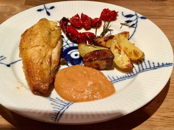 Stegt økokylling med rød peber, tomater, ovnkartofler og blendet sovs
