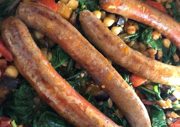 Merguez pølser & auberginekompot med spinat og kikærter